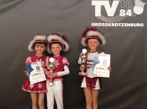Die glücklichen Gewinner: Jugend-Tanzpaar Ayleen und Aaaron mit dem 1. Platz und Jugend-Tanzmariechen Marie mit dem 2. Platz. Foto: Familie Steffen