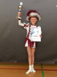 Jugend-Tanzmariechen Marie mit ihrem Pokal und der Urkunde zu ihrem 2. Platz. Foto: Familie Steffen